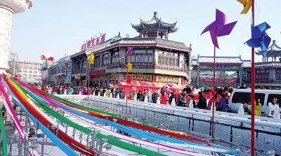 当日是中国传统的元宵节,呼和浩特市大昭寺周边的塞上老街和九久街