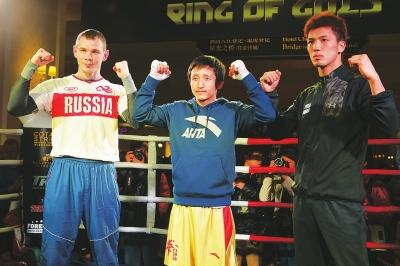 2月19日,中国拳手邹市明(中),俄罗斯拳手叶戈尔·梅科恩特赛夫图片