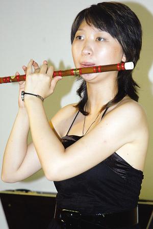 欢迎.   ①小提琴演奏《青春曲》.   ②琵琶演奏《绿岛小夜曲》.