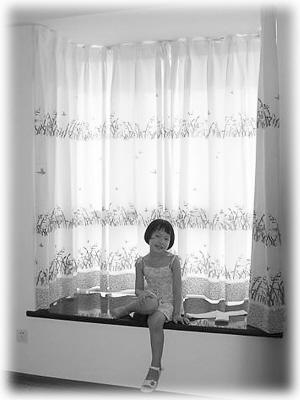 最简单的做法,就是选择色彩强烈的竖条图案的窗帘