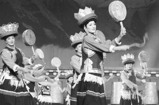 由云南省迪庆藏族自治州民族歌舞团演出的大型藏族民俗舞蹈诗画 香格