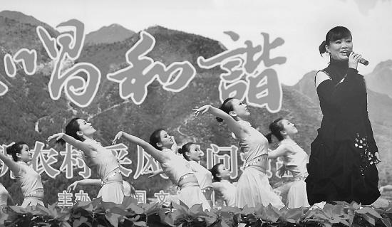 """歌手韩延文在京郊怀柔乡村举行的""""走进春天"""